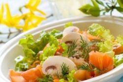 Sałatka z łososiem i grzybami