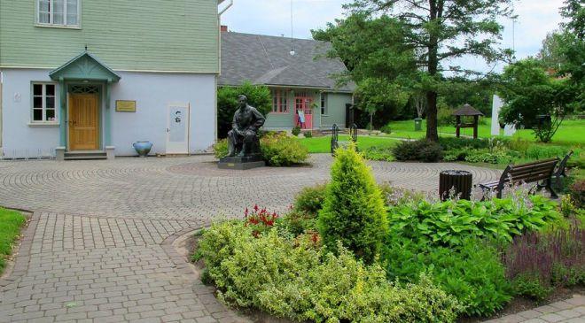 Памятник художнику Яну Розенталю возле музея