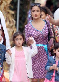 Актриса с дочкой на прогулке