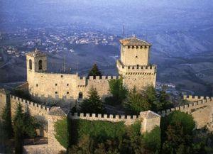 Крепостные стены вокруг Сан-Марино