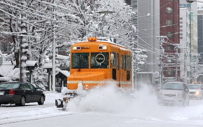 Трамвай-снегоуборщик в Саппоро
