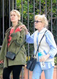 Сара Полсон и Холланд Тейлор на прогулке