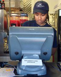 15-летняя Саша устроилась кассиром в популярный рыбный ресторан