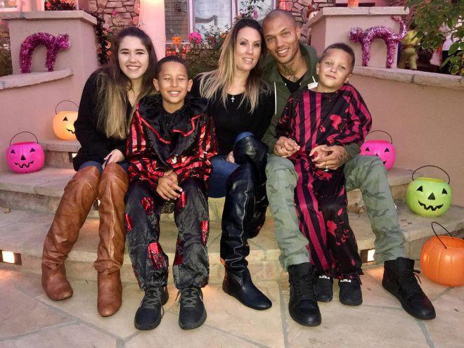 Микс с женой Мелиссой и детьми