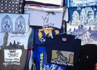 На рынках Камбоджи можно купить стильные футболки