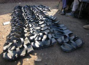 Причудливые сандалии из автомобильных покрышек