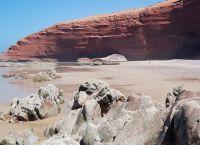 Арки в скале на пляже Легзира в Сиди-Ифни