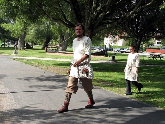 На улицах можно встретить местных жителей, одетых в старинную одежду