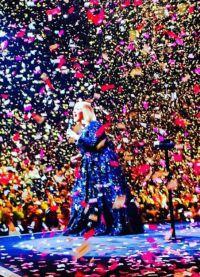 Во время шоу в Нэшвилле на Адель  посыпались розовые валентинки