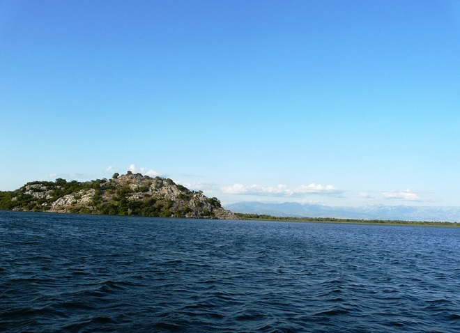 Горы, окружающие озеро