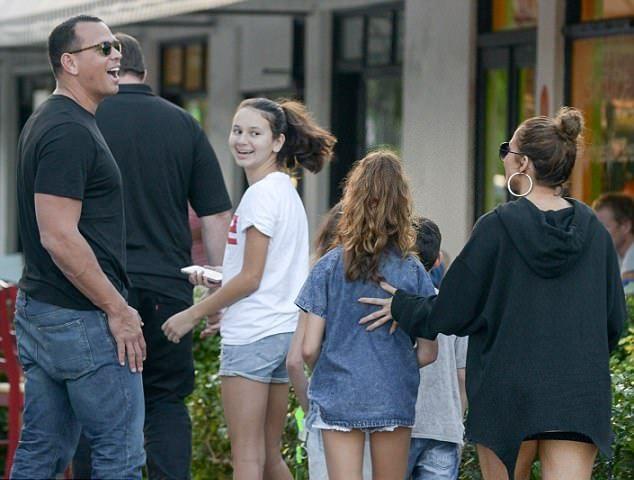 Дженнифер Лопес и Алекс Родригес с детьми на прогулке
