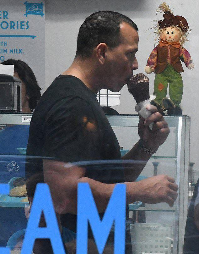 Алекс Родригес ест мороженое