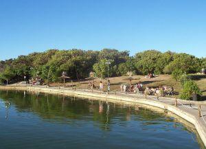 Озеро в парке Мигель Лильо