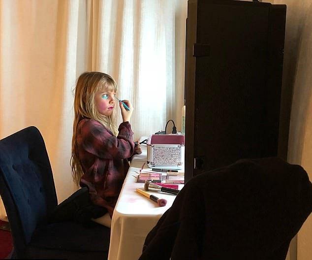 Уиллоу Сейдж делает макияж