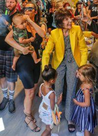 Мэри Джо Шэннон в окружении внуков