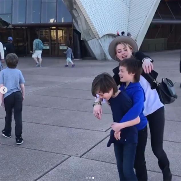 Эмбер Херд с сыновьями Илона Маска