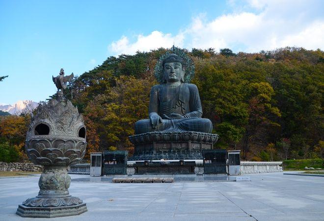 Статуя Будды, установленная при входе в национальный парк Сораксан