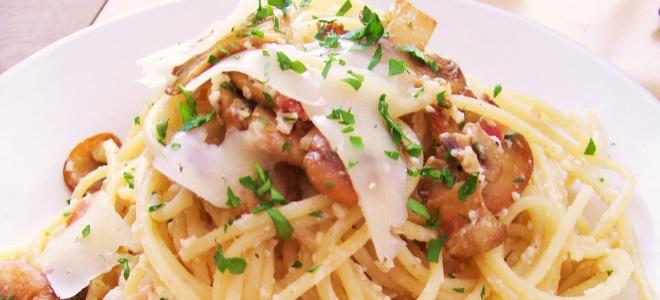 špageti z gobami in sira