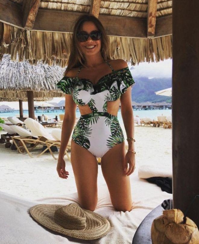 София Вергара в бело-зеленом монокини