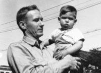 Пол Джобс с маленьким Стивом на руках