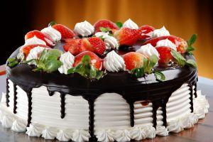 dekoracja tortu truskawkowego i czekoladowego 10