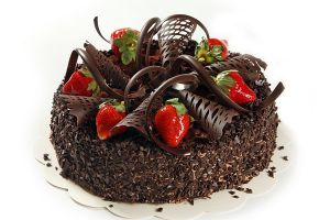 dekoracja tortu truskawkowego i czekoladowego 12