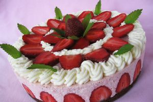 dekoracja tortu truskawkowego i miętowego 17