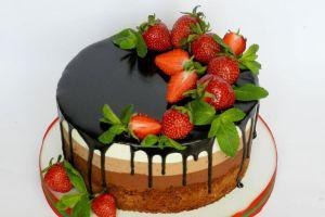 dekoracja tortu truskawkowego i miętowego 18
