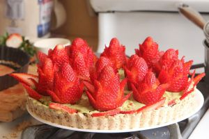 jak zrobić dekorację z truskawki na torcie 2