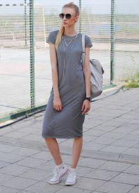pasiasta sukienka z trampkami 2