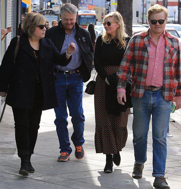 Кристин Данст с бойфрендом и его родными