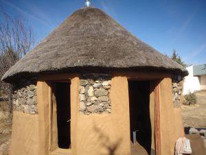 Местное жилье - дом из камней и глины