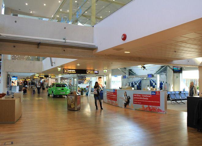 В здании аэропорт пассажирам предоставляется множество услуг