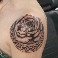 tatuaże kobiece na ramieniu 1