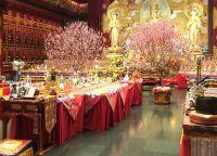 Цветущие деревья в храме