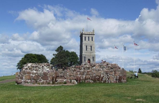 Руины замка и башня на холме Хаугар