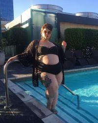 Красавица с удовольствием позировала в купальнике