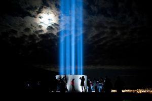 Туристы вокруг башни Imagine PeaceTower