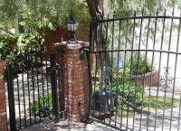 Автомобиль прижал молодого человека к эти  металлическим воротам