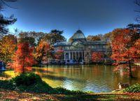 Хрустальный дворец осенью