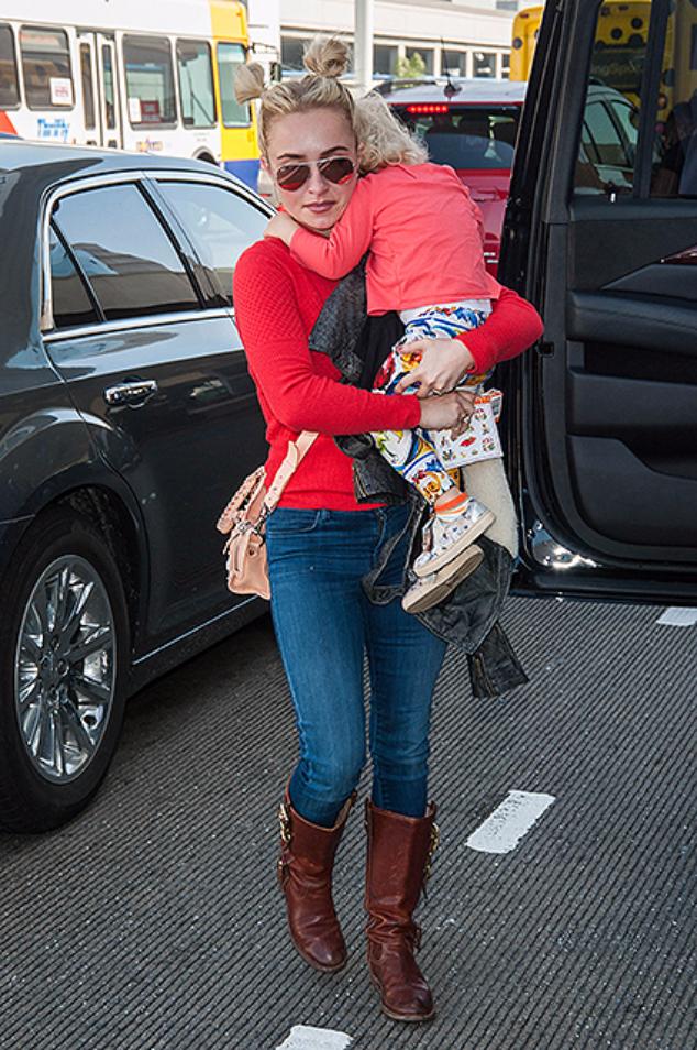 Хайден Панеттьери с дочерью Кайей в аэропорту Лос-Анджелеса