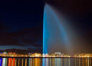 Подсветка Женевского фонтана в темное время суток
