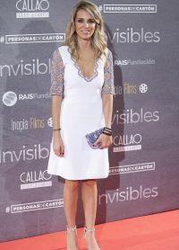 Алехандра в декольтированном белое платье с кружевными рукавами