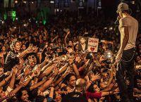 На концерте поклонницы певца срывали с себя бюстгальтеры