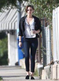 Кристен Стюарт гуляет по улице с кофе
