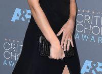 С новым кольцом Роузи Хантингтон-Уайтли теперь появляется на всех мероприятиях