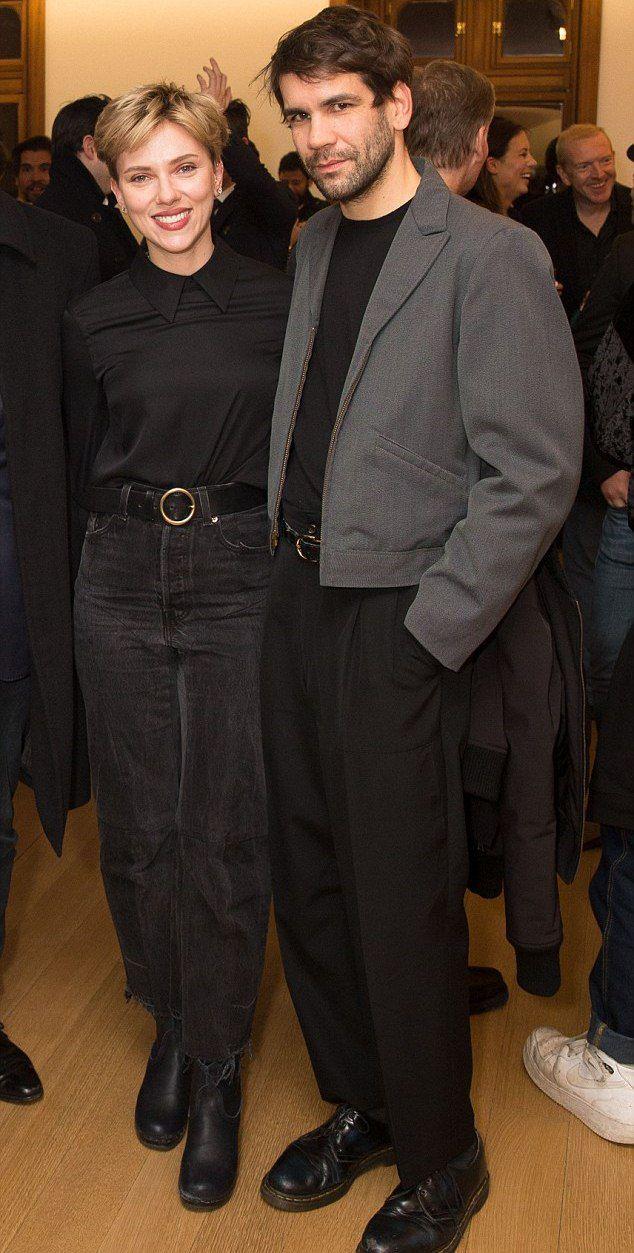 Скарлетт Йоханссон и французский журналист Ромен Дориак на выставке в Нью-Йорке