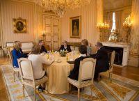 Королевская семья в маленьком белом салоне