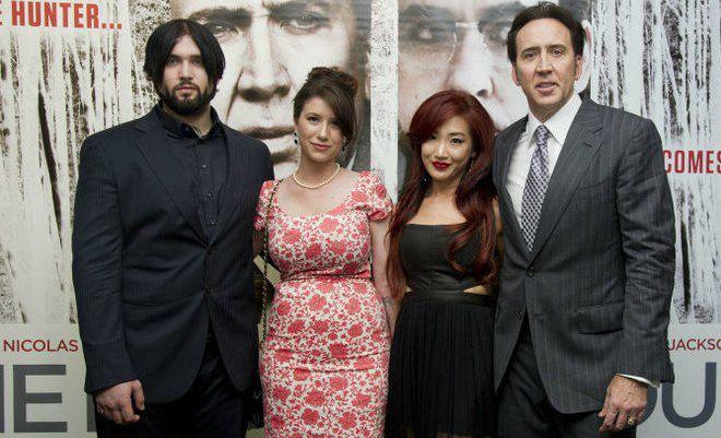 Отец и сын Кейджи с женами