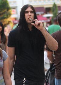 Сын Николаса Кейджа на прогулке курит сигару
